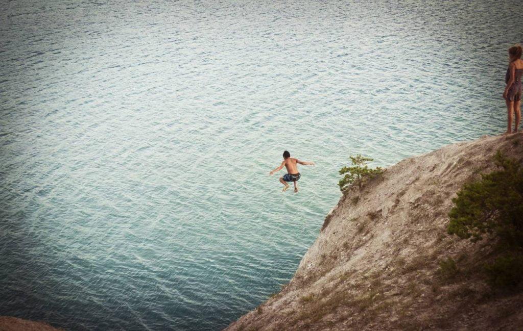 skok z klifu